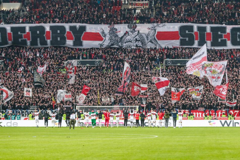 """VfB Fans feiern mit der Mannschaft den 3:0 Sieg über den Karlsruher SC. """"Derby Sieger"""""""" steht dabei auf einem großen Banner geschrieben."""