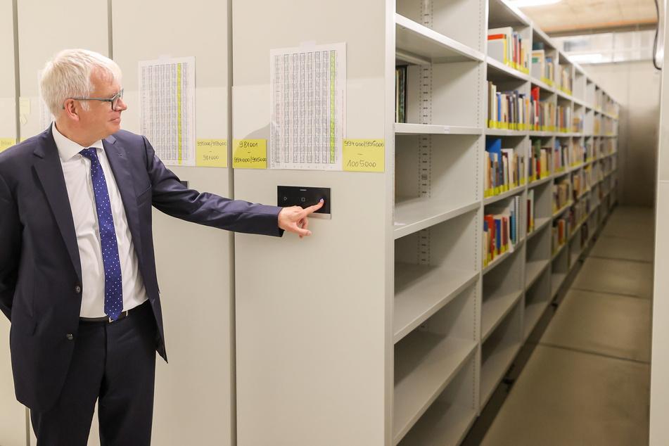 Finanzminister Hartmut Vorjohann (57, CDU) bezahlt für den Umbau der alten Aktienspinnerei zur TU-Zentralbibliothek rund 40 Millionen.