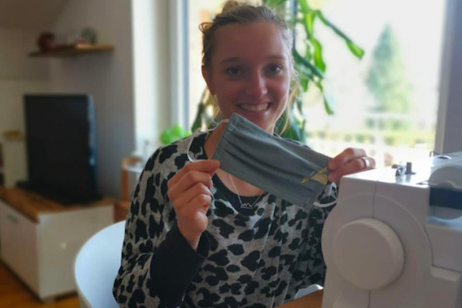 Skispringerin Katharina Althaus (23) näht Mundschutz zu Hause an ihre Nähmaschine.