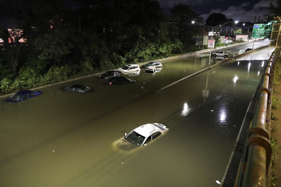 In New York hat das Unwetter historische Regenmengen gebracht, die Folge waren Überschwemmungen.