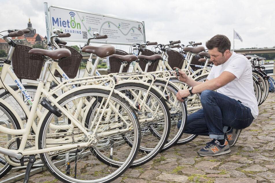 Die erste Mietstation für Fahrräder am Terrassenufer steht.