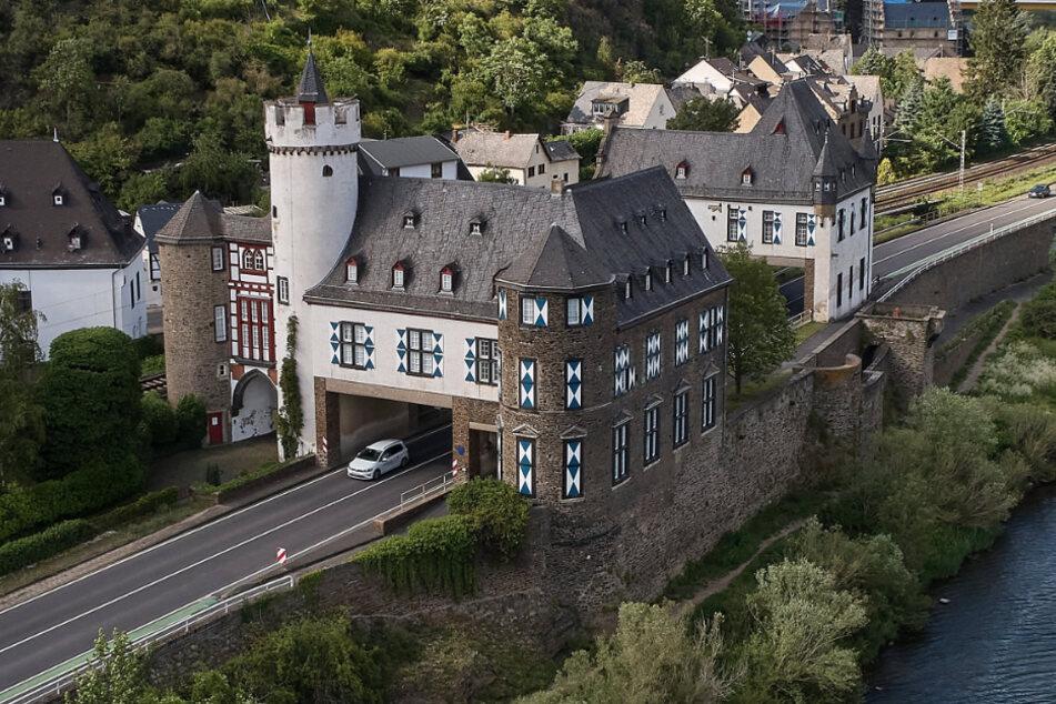 Bausünde und zugleich kuriose Attraktion: Diese Bundesstraße durchquert ein Schloss!