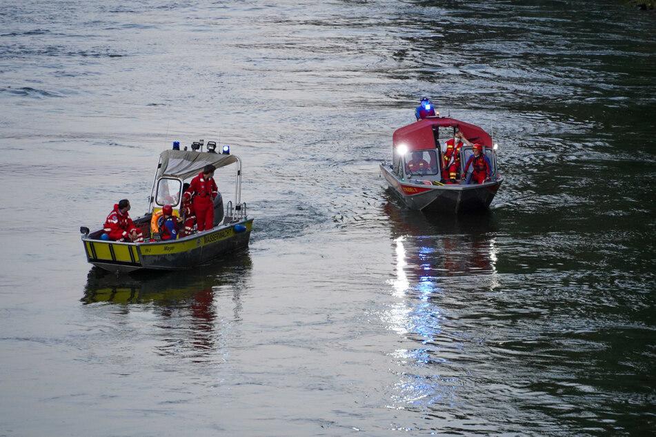 Rettungskräfte suchen mit Booten nach dem jungen Mann.