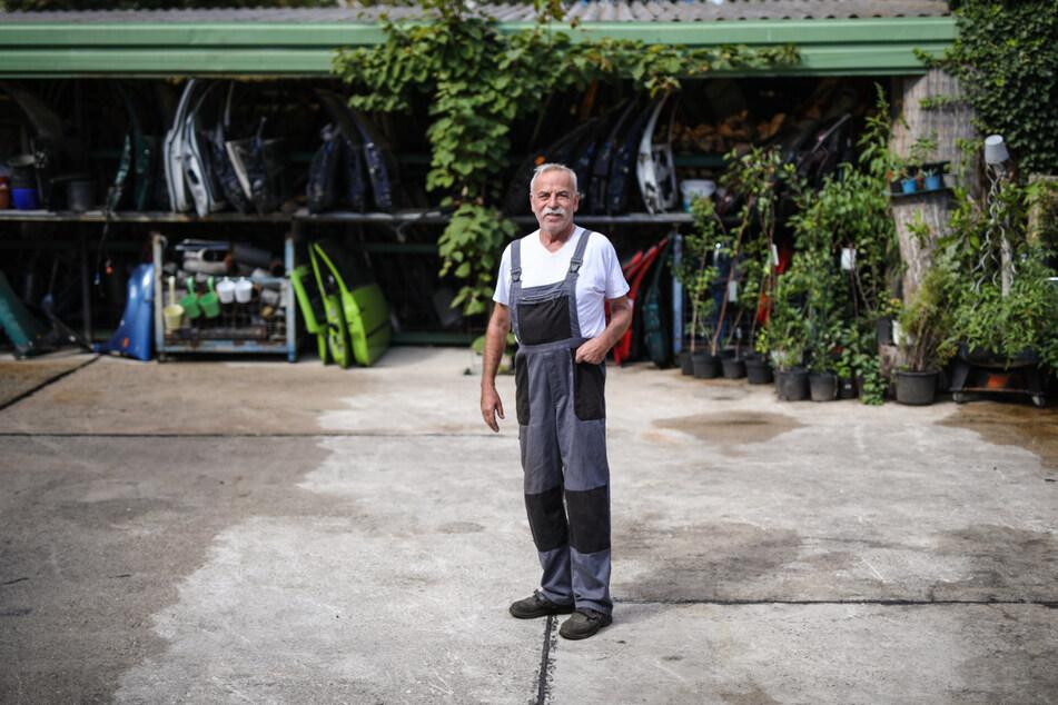Wolfgang Resch steht auf dem Gelände seiner Autoverwertung.