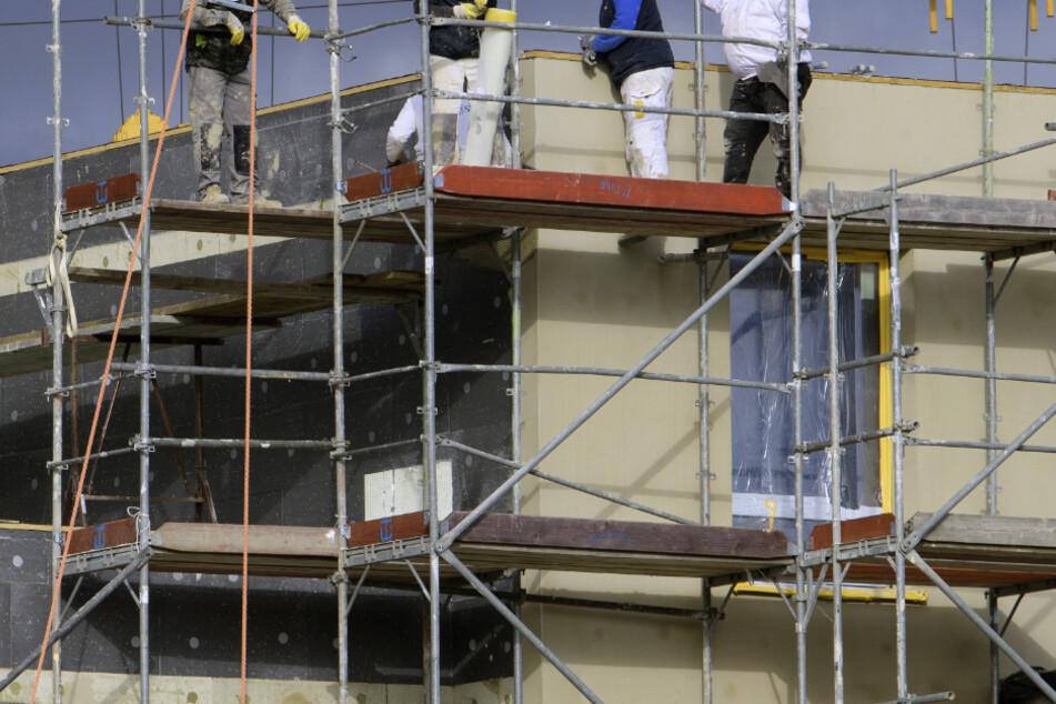 Ein Arbeiter stürzte in Reilingen von einem Gerüst mehrere Meter in die Tiefe. (Symbolbild)