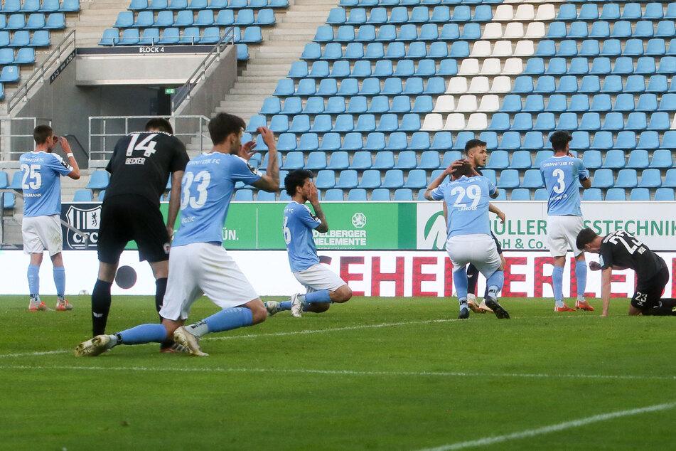 Der Moment das Abpfiffes beim 1:2 daheim gegen Braunschweig und eine gleiche Handbewegung bei allen Himmelblauen. Sören Reddemann, Dejan Bozic, Philipp Hosiner, Matti Langer und Niklas Hoheneder können es nicht fassen.