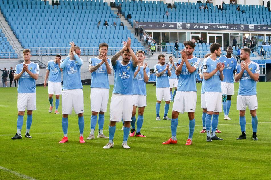 Die CFC-Mannschaft bedankte sich nach der unglücklichen Heimniederlage gegen Braunschweig bei den Fans, die vor dem Stadion ausgeharrt und mitgefiebert hatten.