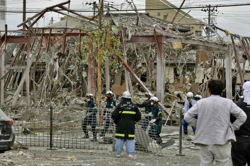 Rettungskräfte und Ermittler arbeiten in der Nähe des explodierten Gebäudes in der japanischen Stadt Koriyama.