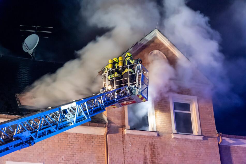 Als die Feuerwehr eintraf, schlugen die Flammen bereits aus den Fenstern der Dachgeschosswohnung. Der Mieter hatte den Brand rechtzeitig bemerkt und konnte sich in Sicherheit bringen.