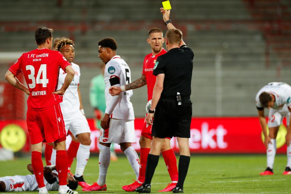 Robert Andrich (Dritter von rechts) sah in der 20. Minute seine 10. Gelbe Karte. Kurz vor der Pause musste er mit Gelb-Rot vom Platz.