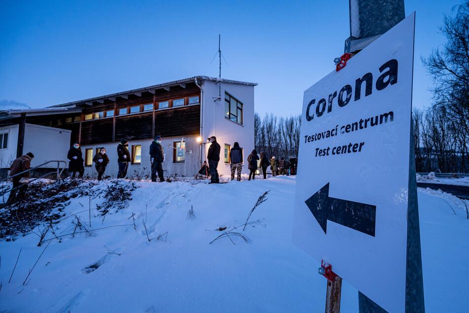 Eine Corona-Teststation an der deutsch-tschechischen Grenze in Furth am Wald. Wegen der strengeren Einreiseregeln für Menschen aus Tschechien nach Deutschland hat es an manchen Grenzübergängen in Bayern teils lange Schlangen an den Teststationen gegeben.