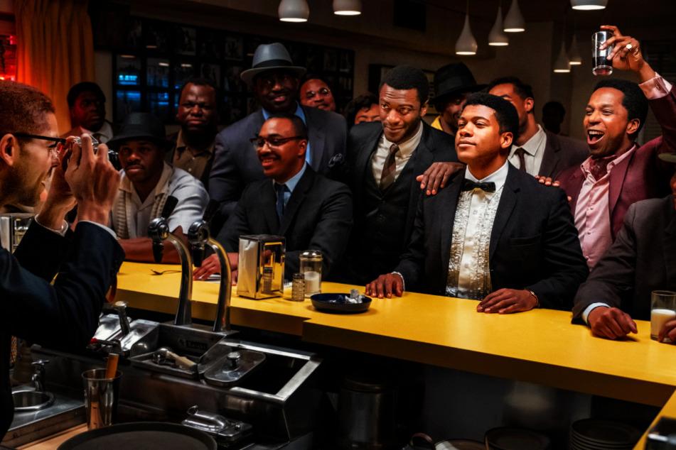 Malcolm X (Kingsley Ben-Adir, l.) macht ein Foto von Sam Cooke (Leslie Odom Jr., r.), Cassius Clay (Eli Goree, 2.v.r.) und Jim Brown (Aldis Hodge, 5.v.r.).