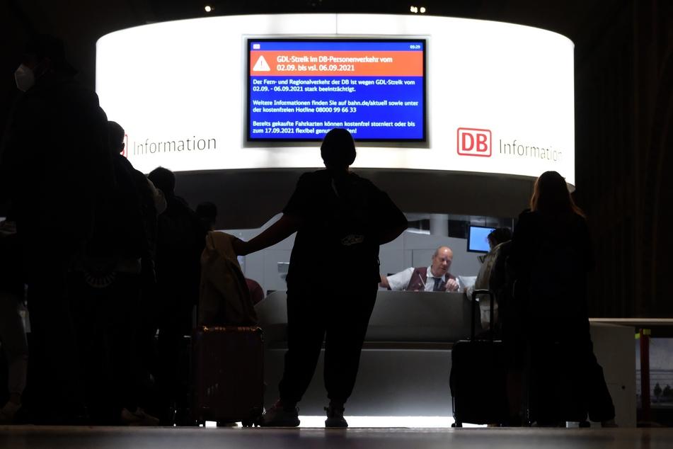 Wartende Reisende am Hauptbahnhof Leipzig: Seit Donnerstagmorgen führt der bundesweite Streik auch in Sachsen zu zahlreichen Zugausfällen und Verspätungen.