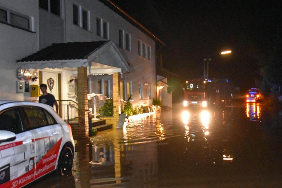 Im niederbayerischen Kopfsberg wurde die Straße vor einem Gasthaus überflutet.