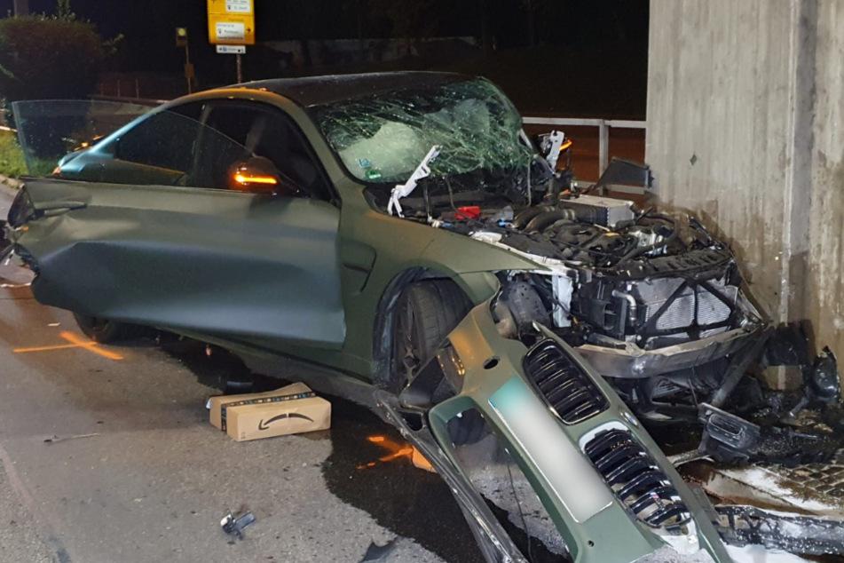 BMW zerschellt an Brückenpfeiler: Junger Fahrer schwer verletzt