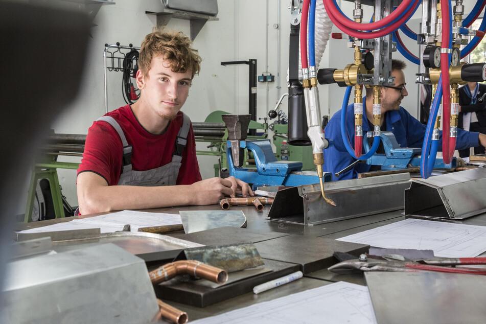 Lernen mit ganz neuen Möglichkeiten: Kevin Kaiser (18) in der Karosseriebau-Werkstatt. Er lernt im dritten Lehrjahr im Bereich Blechbearbeitung.