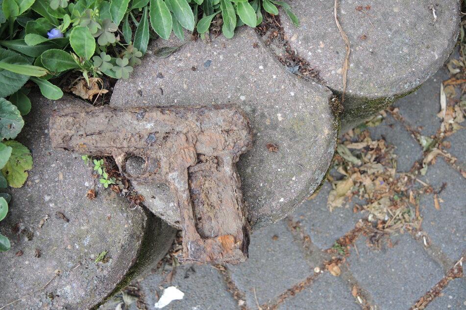 Diese verrostete Waffe wurde beim Umgraben eines Gartens entdeckt.