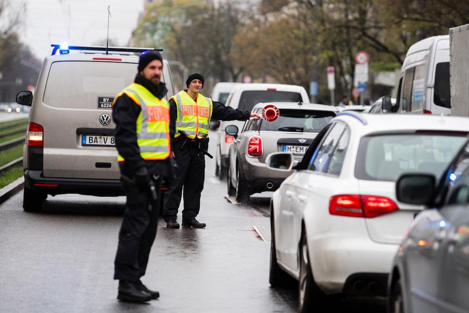 Die Polizei kontrolliert, ob sich die Bürger an die Auflagen halten.
