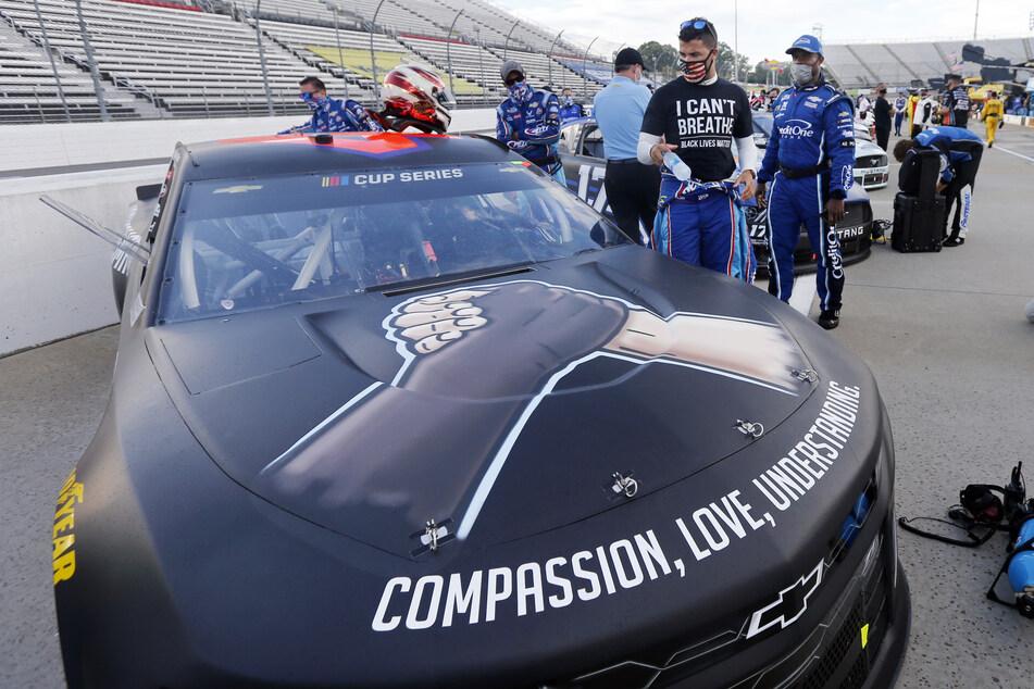 """Der Fahrer Bubba Wallace trägt ein Shirt mit der Aufschrift """"I can't breathe - Black Lives Matter"""" , während er sich auf ein Autorennen der NASCAR Cup Series vorbereitet."""