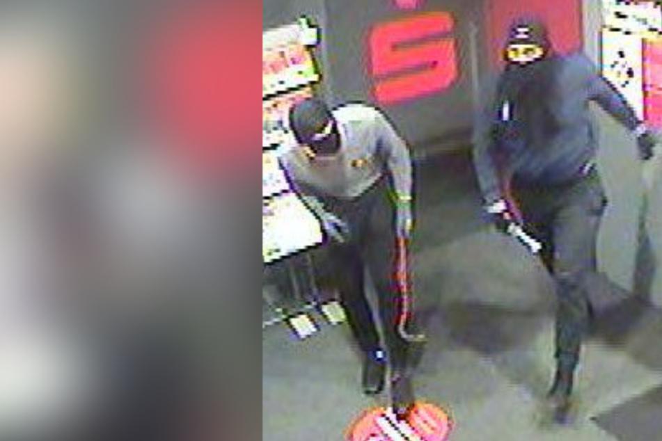 Männer knackten Geldautomat und stahlen Bargeld: Polizei fahndet öffentlich
