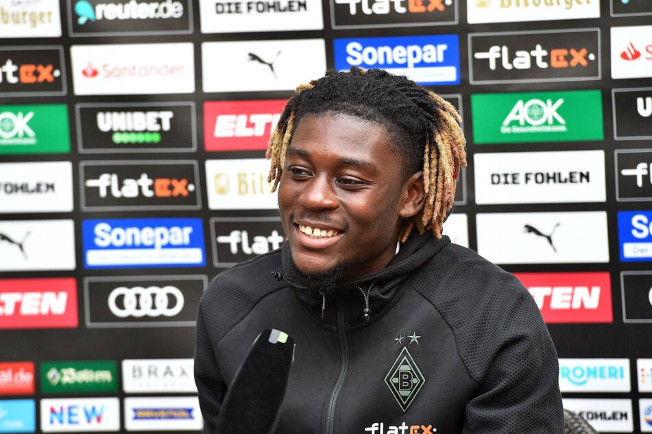 Fremd im neuen Klub und in einem neuen Land - und dann auch noch verletzt: Kouadio Manu Koné (20) hat sein Lachen trotzdem nicht verloren!