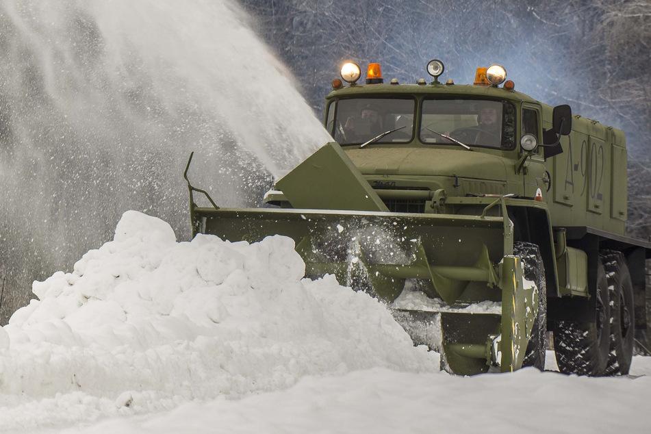 Die Russenfräse wirft den Schnee mehr als 60 Meter weit.