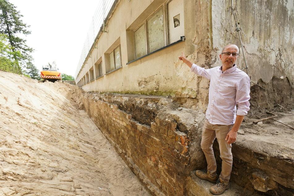 Bauleiter Thomas Graßmann zeigt auf das freigelegte Fundament des Strandbads Müggelsee. Mittel des Bundes und des Landes von über 12 Millionen Euro sollen in die Sanierung des Strandbades fließen.