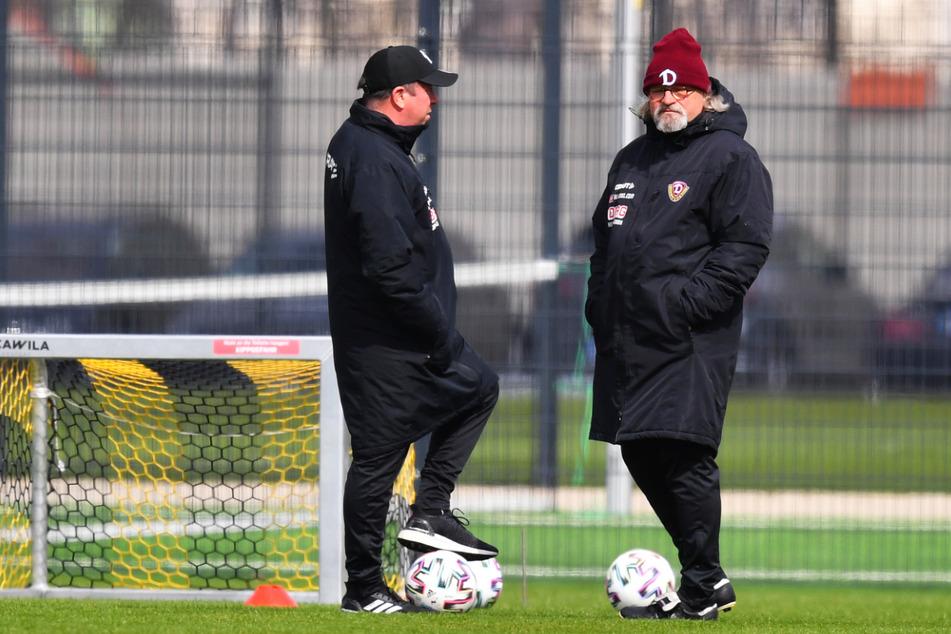 Wann Chefcoach Markus Kauczinski (51, l.) und sein Assistent Heiko Scholz (55) die versammelten Dynamo-Profis wieder zum Teamtraining begrüßen können, steht noch nicht fest.