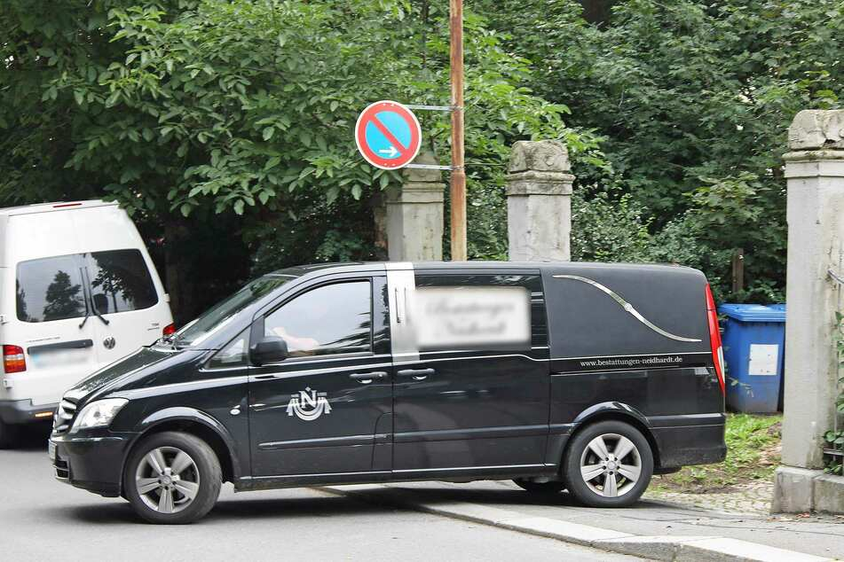 Ein Leichenwagen brachte die tote Frau und ihren Sohn weg.
