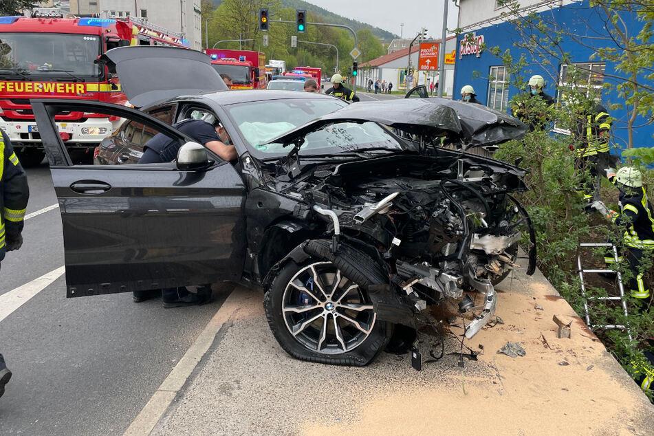 Der stark beschädigte BMW steht nach der Bergung wieder mit allen vier Rädern auf festem Untergrund.