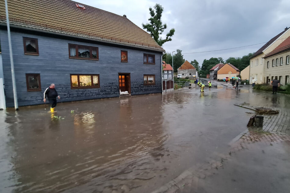 """Bereits im Juli wurden Teile Thüringens von Starkregen heimgesucht - Überschwemmungen waren die Folge. Nun bringt Tief """"Nick"""" viel Regen mit."""