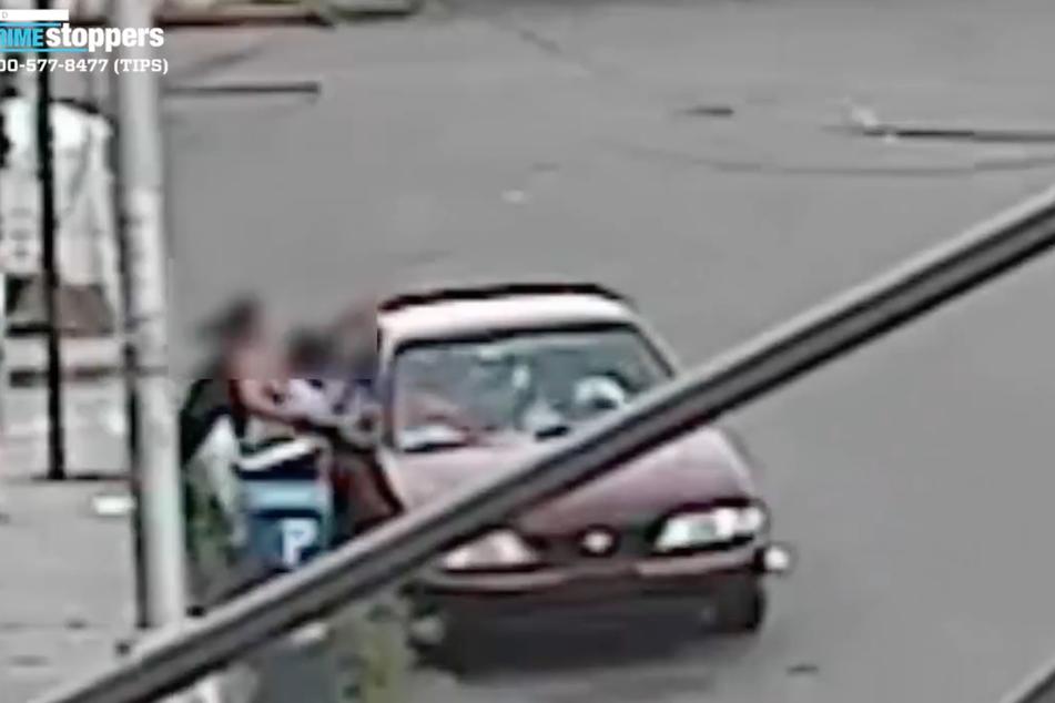 Panisch versuchte die junge Frau ihren kleinen Sohn aus dem Auto zu bekommen!