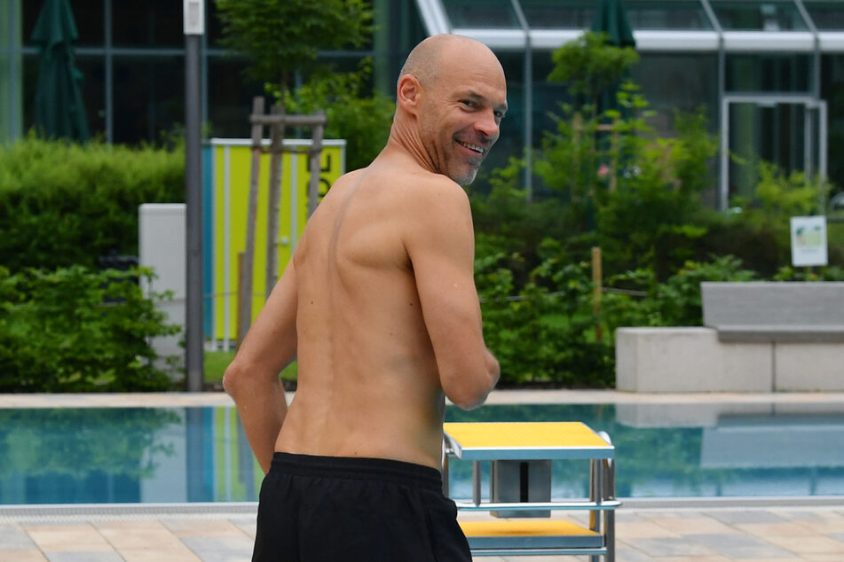 Locker, gelöst, nicht kamerascheu - Coach Alexander Schmidt im Freibad.