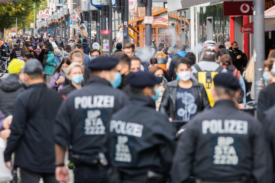Polizisten kontrollieren im Oktober 2020 in der Wilmersdorfer Straße die Einhaltung der Maskenpflicht. In der Fußgängerzone ist eine Frau offenbar absichtlich angefahren worden. (Archivbild)