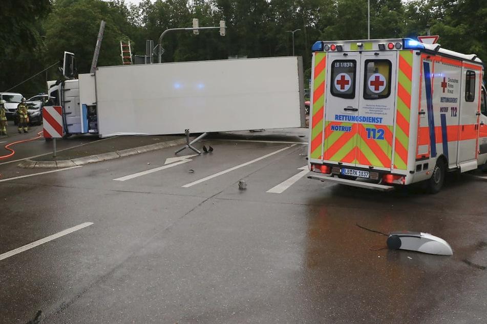 Der Lastwagen kippte auf die Seite und muss nun aufwändig geborgen werden.