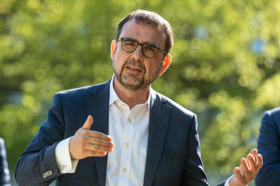 Klaus Holetschek (56, CSU), Bayerns Gesundheitsminister, will Pflegeheime in Zukunft finanziell besser unterstützen.