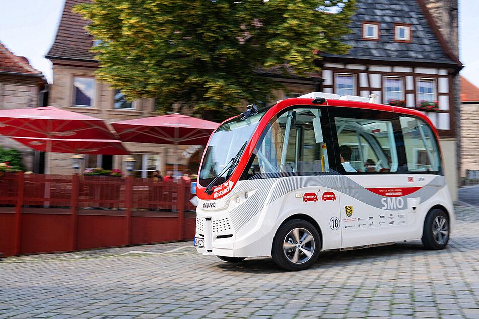 Ein autonomer Bus des Herstellers Navya fährt durch die Innenstadt von Kronach.