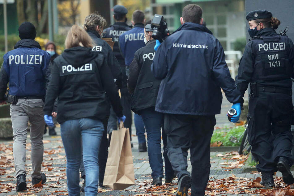 Polizeibeamte bei einer Razzia. Am Mittwoch hat die Polizei in Berlin und Potsdam mehrere Teppichreinigungen wegen des Verdachts des gewerbsmäßigen Betrugs durchsucht. (Symbolfoto)