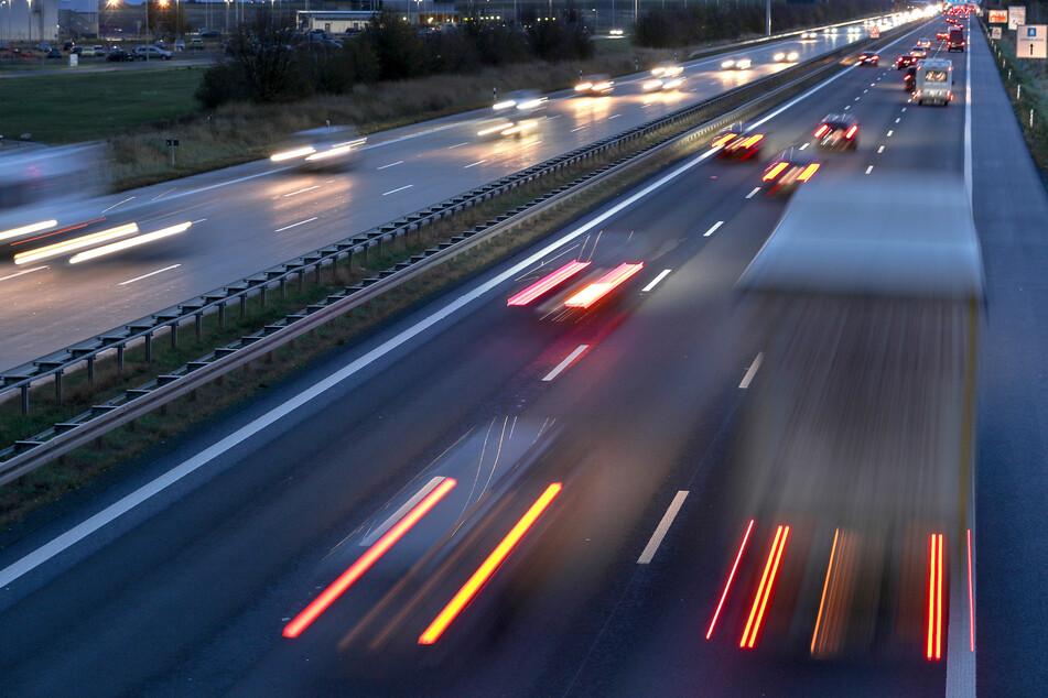Ein Fußgänger wurde auf der A14 von einem Lkw erfasst. (Archivbild)