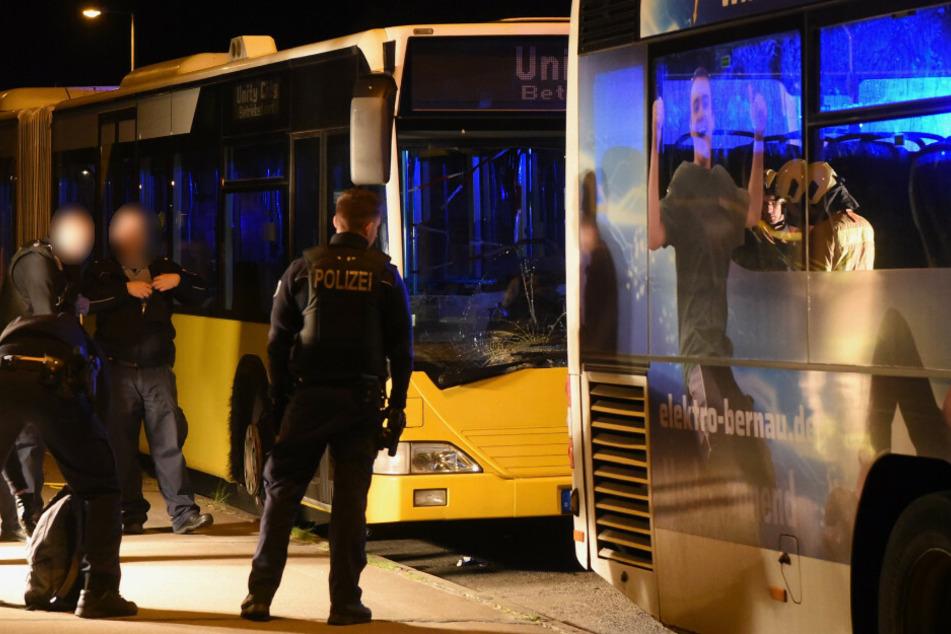 Busfahrer zwischen zwei Bussen eingeklemmt: Lebensgefahr!
