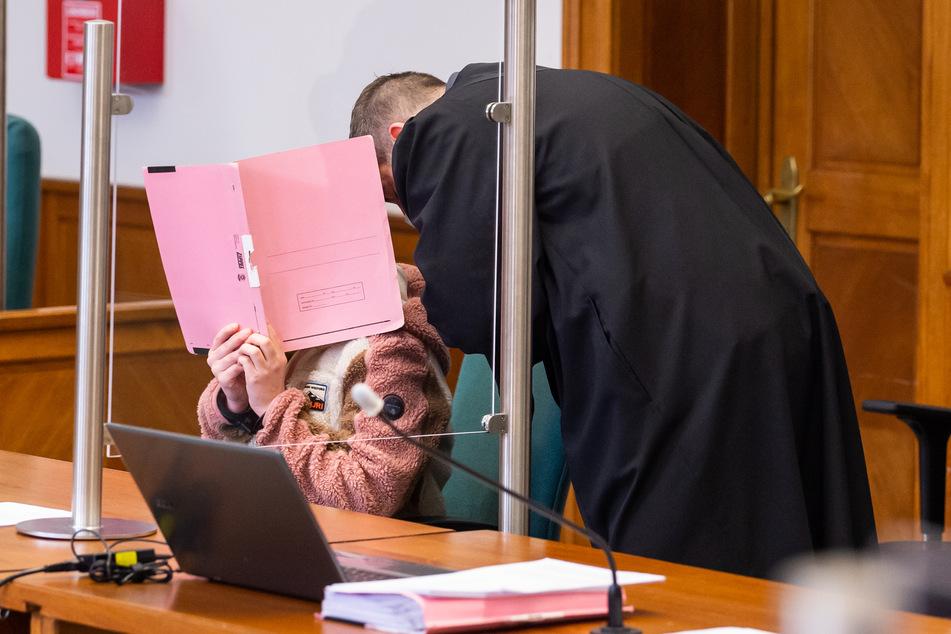 Die 22-jährige Angeklagte (l.) sitzt neben ihren Anwalt Moritz Klay im Landgericht.