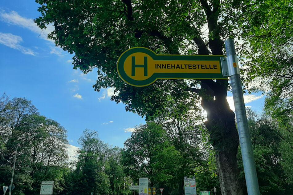 """Auf einem Schild an einer Straße im oberbayerischen Ebersberg steht das Wort """"Innehaltestelle"""". Es ist Teil einer Kunstaktion zum Thema Entschleunigung."""