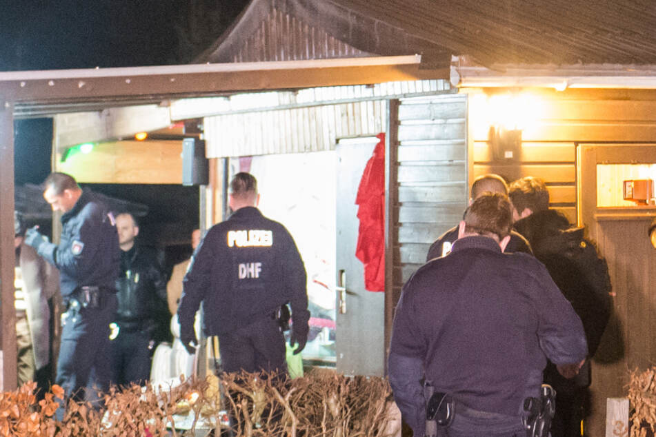 Polizisten sichern ein Haus in einem Kleingartenverein. (Archivbild)