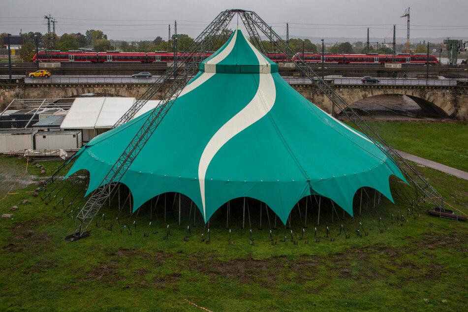 Geht es noch dem Willen der Stadt, muss Sarrasani sein gerade aufgestelltes Zelt an der Marienbrücke wieder abbauen.