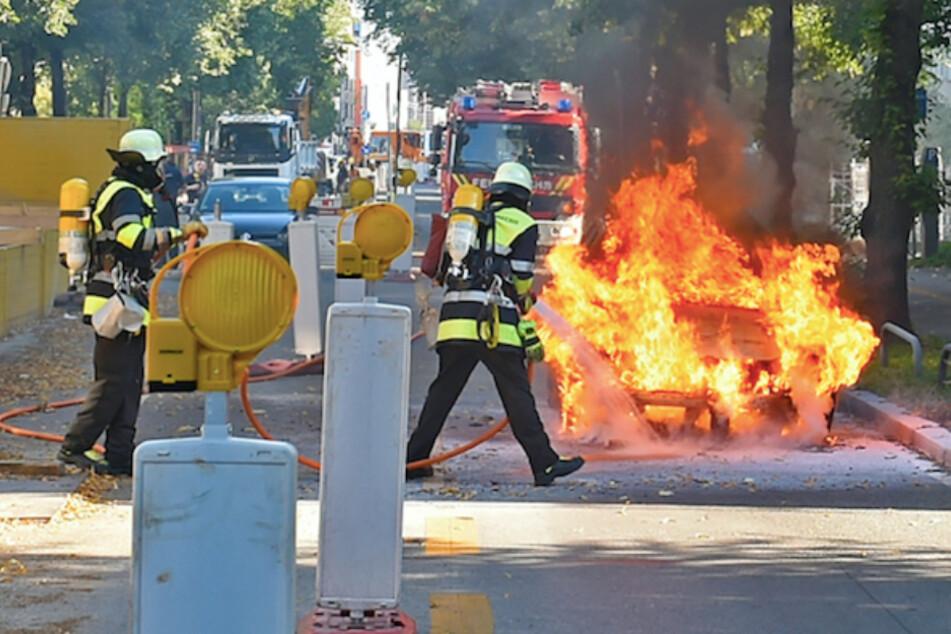 München: Mitten in München: Feuerwehr kämpft gegen Flammenbrunst aus VW