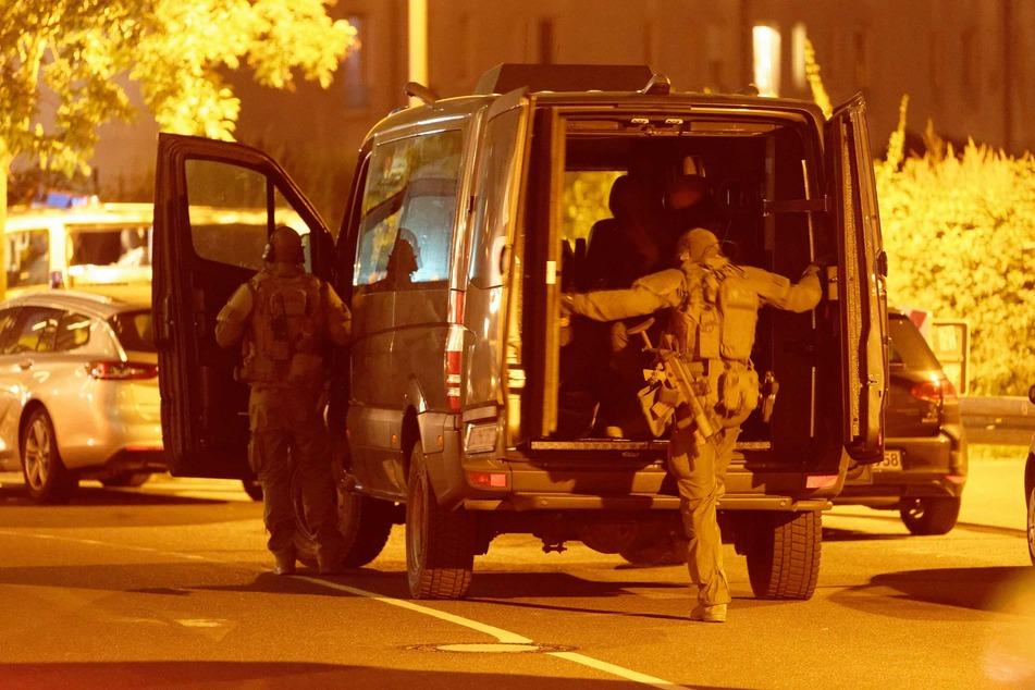 Einsatzkräfte einer Spezialeinheit waren am Freitagabend vor dem Düsseldorfer Hotel vorgefahren.