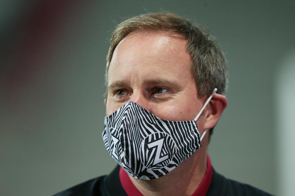St. Paulis Präsident Oke Göttlich mit Mund-Nasen-Schutz.