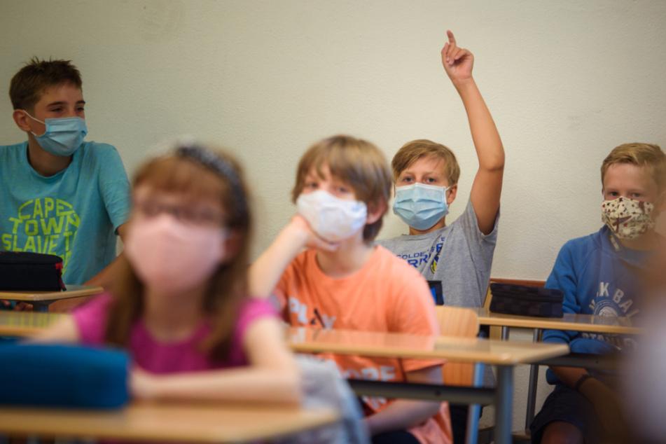 Manche Schüler müssen nun Maske im Unterricht tragen.