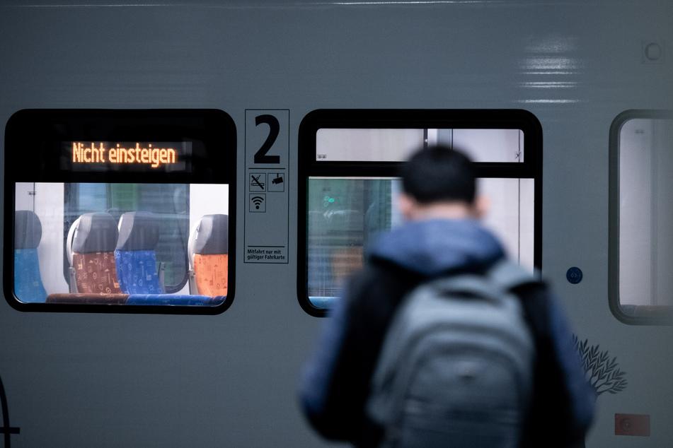 Auch zum Wochenstart müssen sich die Menschen in Ostdeutschland auf Einschränkungen im Bahnverkehr einstellen.