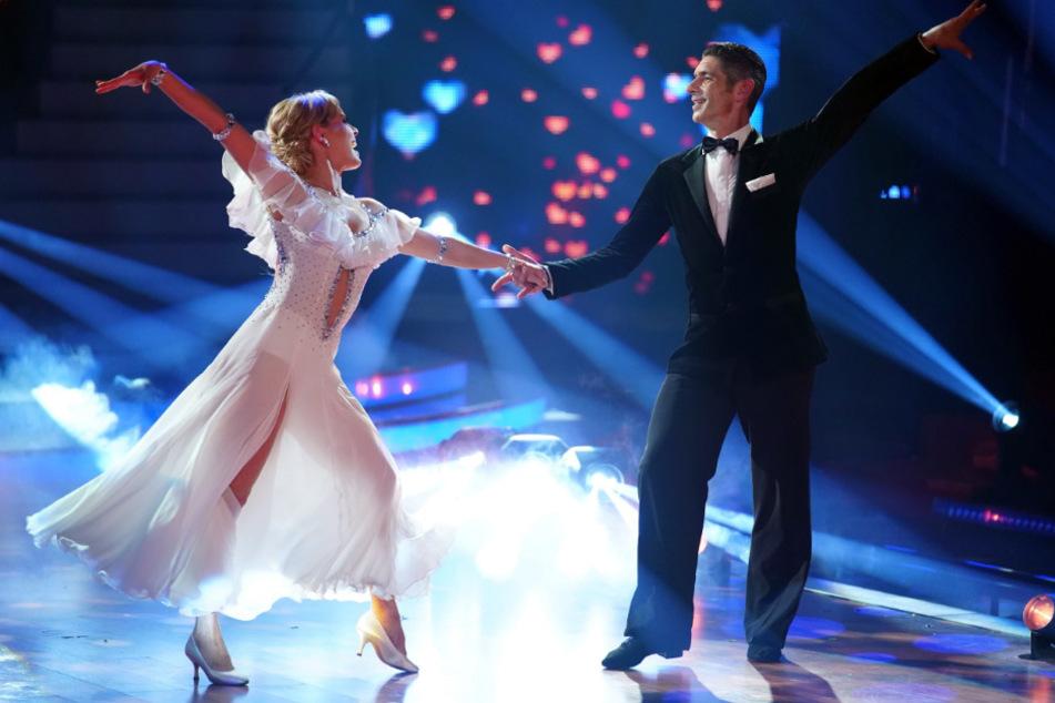 Isabel Edvardsson tanzt mit ihrem Partner Marcus Weiß.